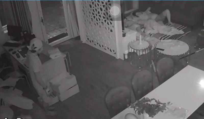 Mặc cho gia chủ ngủ ngay cửa, trộm vào lục tung nhà trong 1 tiếng đồng hồ - ảnh 2