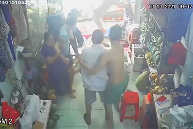 Sự thật vụ 'cả nhà tổ trưởng xông vào đánh người vì tiền trợ cấp' ở Tân Phú - ảnh 1