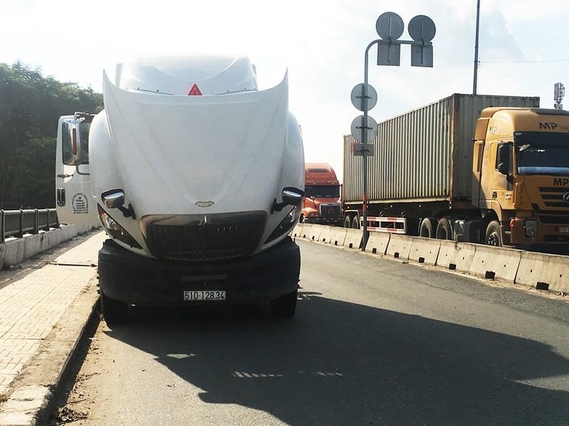 Hai xe đầu kéo hỏng máy, chắn hai làn đường ở Thủ Đức - ảnh 2