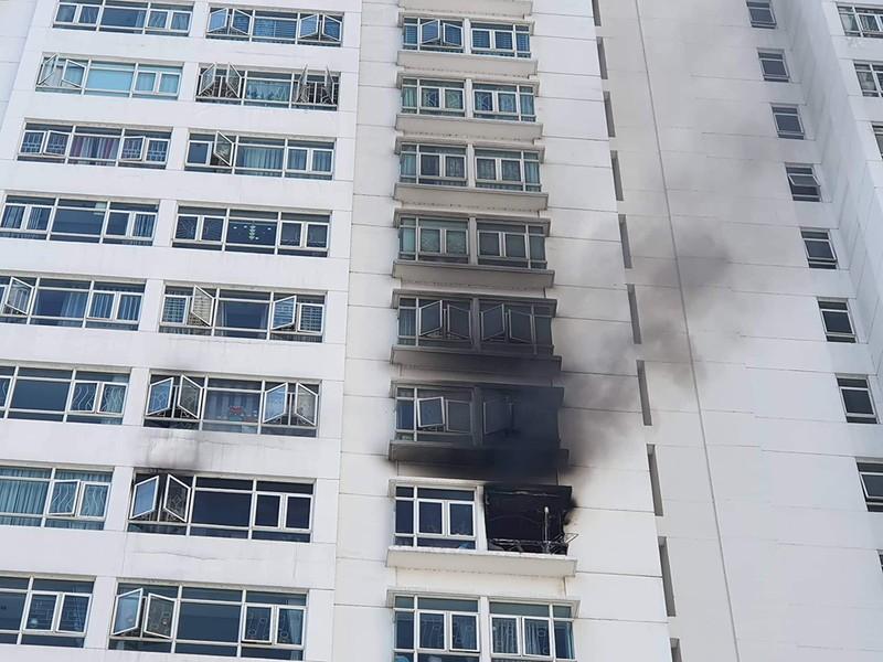 Cháy chung cư ở Nhà Bè, hàng trăm người tháo chạy - ảnh 1