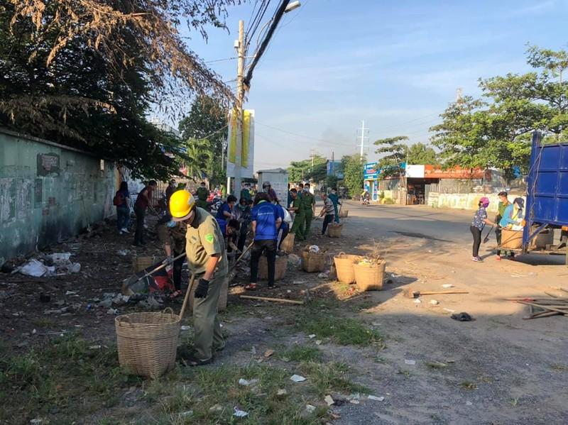 Ra quân dọn dẹp trên đường song hành Phạm Văn Đồng - ảnh 1