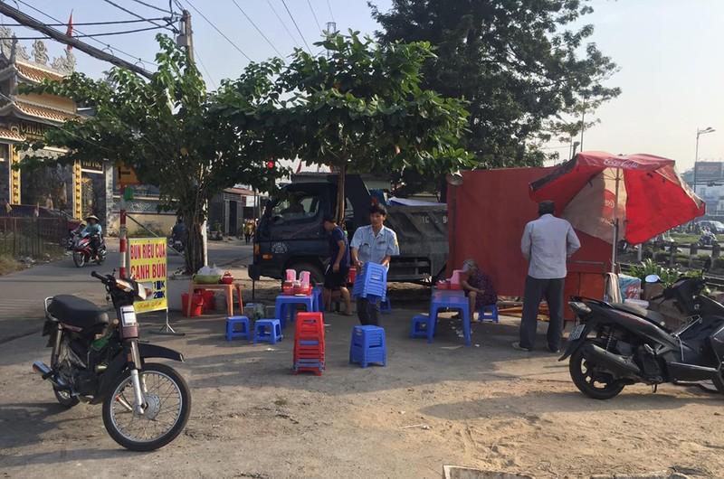 Ra quân dọn dẹp trên đường song hành Phạm Văn Đồng - ảnh 2