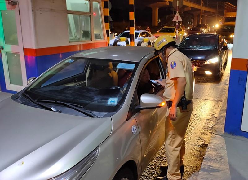 CSGT phát hiện nồng độ cồn, tài xế bảo do hôm qua quá chén - ảnh 1
