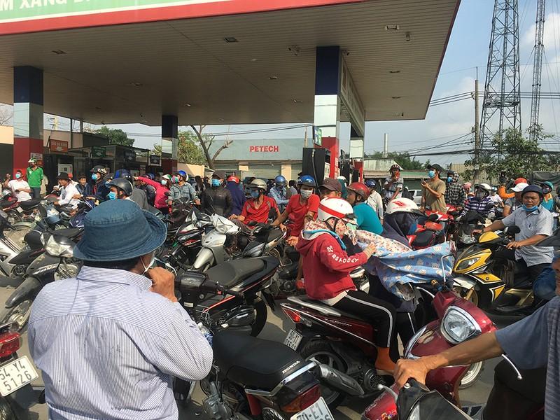 Vẫn rất đông người theo dõi ở khu vực Tuấn 'khỉ' bị tiêu diệt - ảnh 3