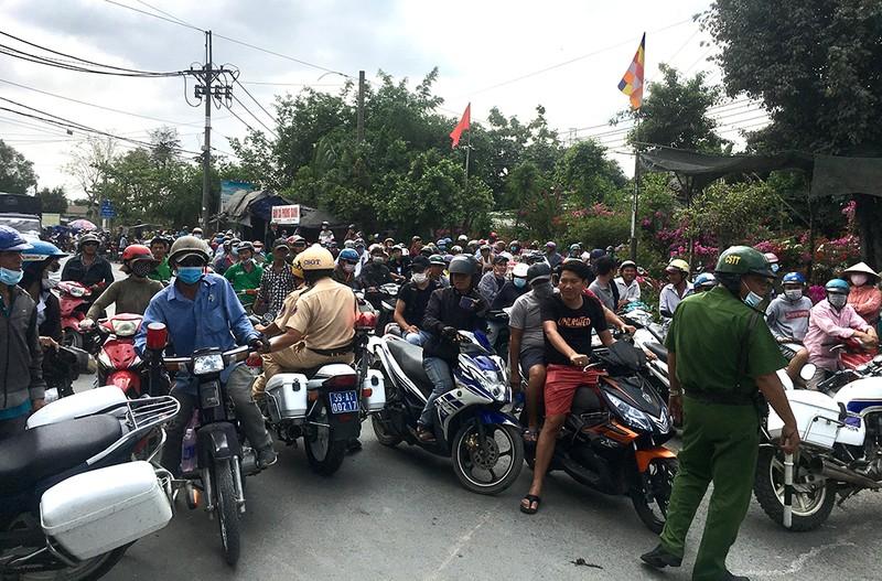 Vẫn rất đông người theo dõi ở khu vực Tuấn 'khỉ' bị tiêu diệt - ảnh 2