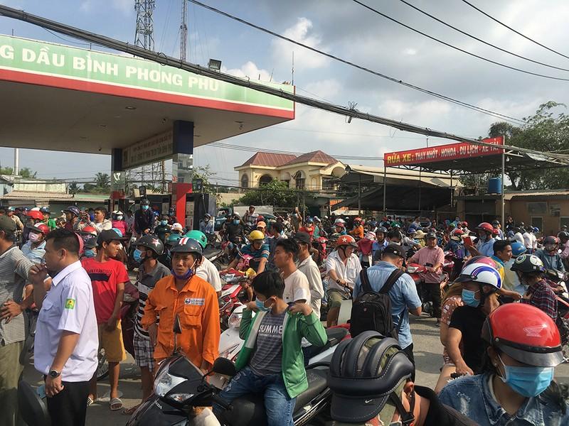 Vẫn rất đông người theo dõi ở khu vực Tuấn 'khỉ' bị tiêu diệt - ảnh 6