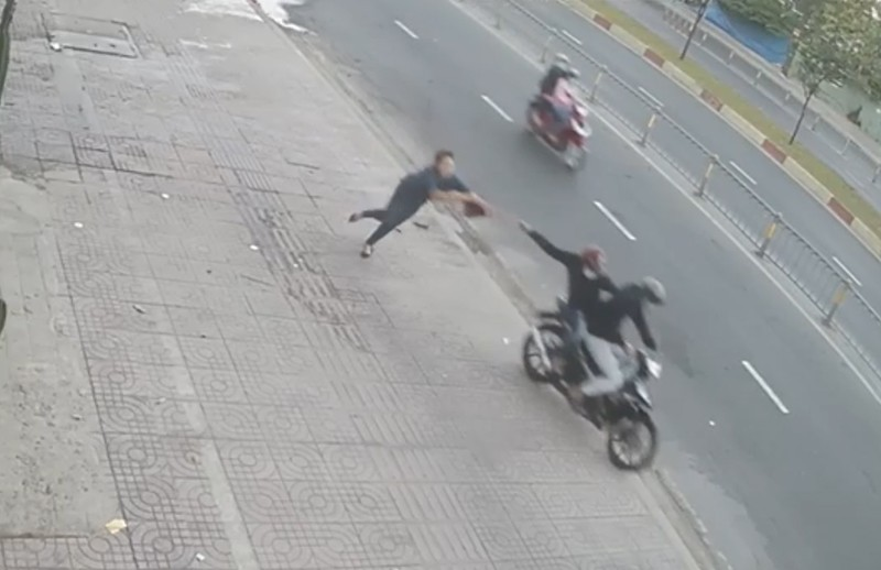 Đợi xe trên vỉa hè, 1 phụ nữ bị cướp giật túi ngã choáng váng - ảnh 1
