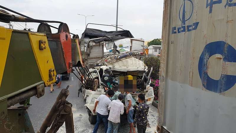 Xe tải tông container, 3 người mắc kẹt trong cabin - ảnh 1