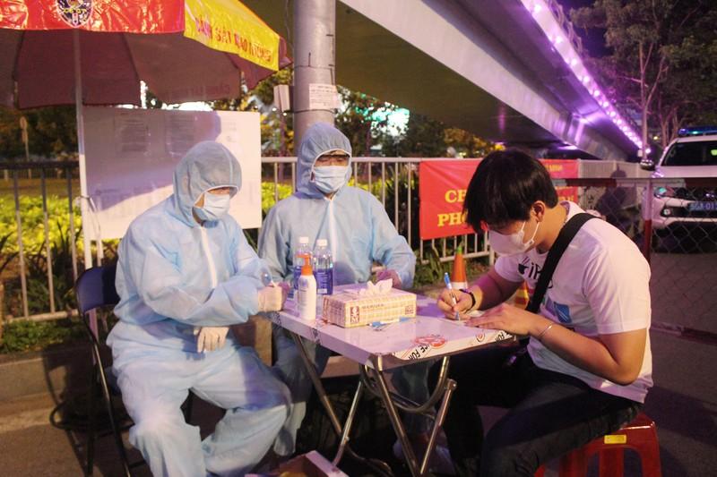 Siết chặt kiểm soát y tế cửa ngõ Tân Sơn Nhất - ảnh 5