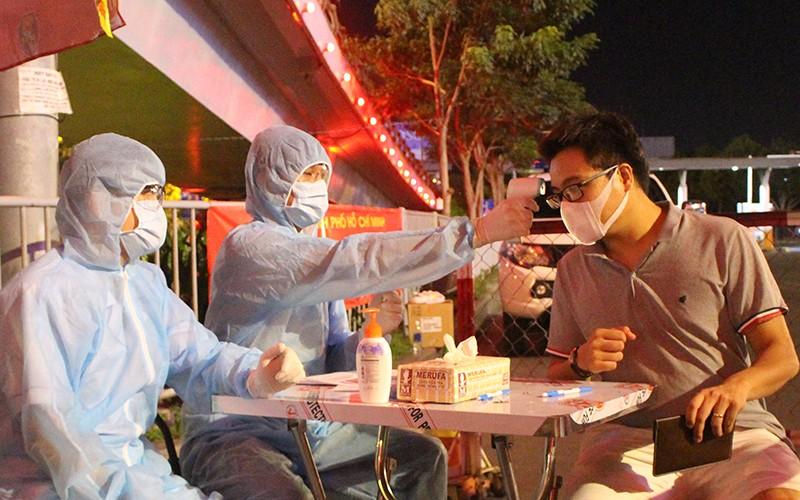 Siết chặt kiểm soát y tế cửa ngõ Tân Sơn Nhất - ảnh 3