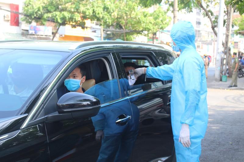 Chốt kiểm soát dịch bệnh: Đội nắng kiểm tra y tế - ảnh 14