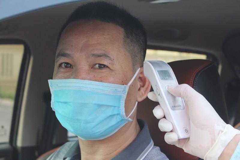Chốt kiểm soát dịch bệnh: Đội nắng kiểm tra y tế - ảnh 12