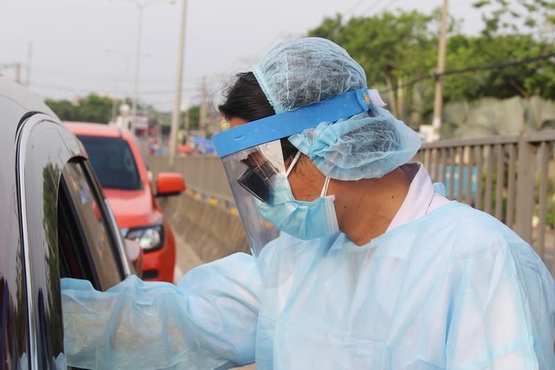 Chốt kiểm soát dịch bệnh: Đội nắng kiểm tra y tế - ảnh 3
