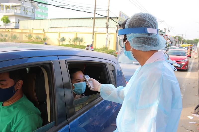Chốt kiểm soát dịch bệnh: Đội nắng kiểm tra y tế - ảnh 2