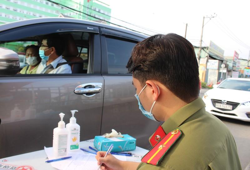 Chốt kiểm soát dịch bệnh: Đội nắng kiểm tra y tế - ảnh 7