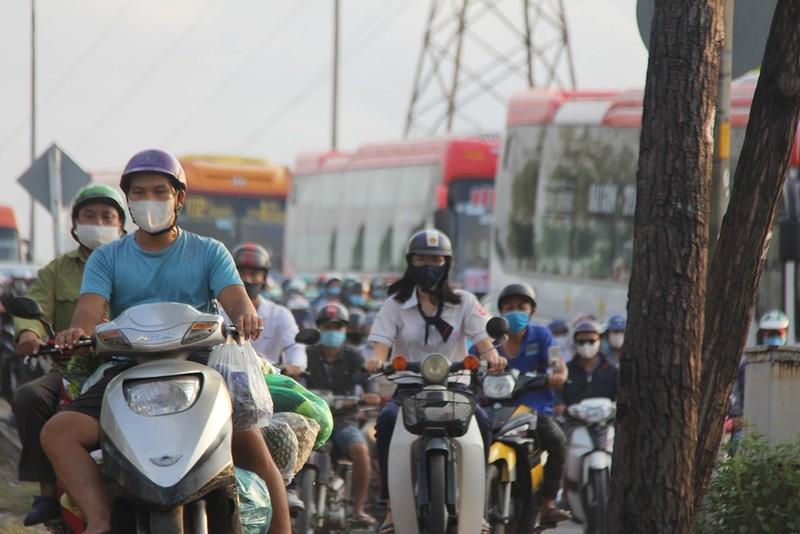Dân đổ về TP.HCM sau lễ, khu vực Bến xe Miền Đông kẹt cứng - ảnh 1