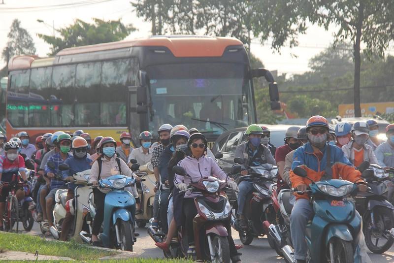 Dân đổ về TP.HCM sau lễ, khu vực Bến xe Miền Đông kẹt cứng - ảnh 2