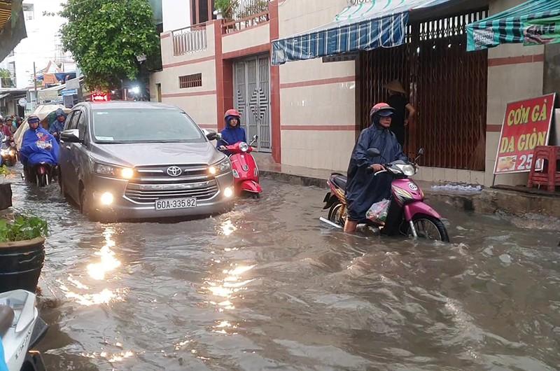 Nhiều hẻm nhỏ ở TP.HCM thành sông sau cơn mưa lớn - ảnh 4