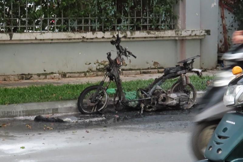 Bình Thạnh: Xe máy cháy trơ khung sau tiếng nổ lớn - ảnh 1