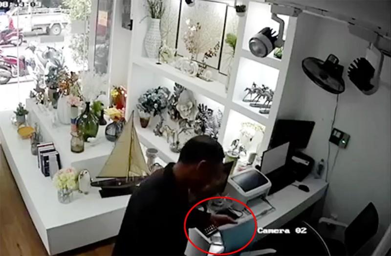 Giả bán sim rồi vào cửa hàng trộm điện thoại - ảnh 1