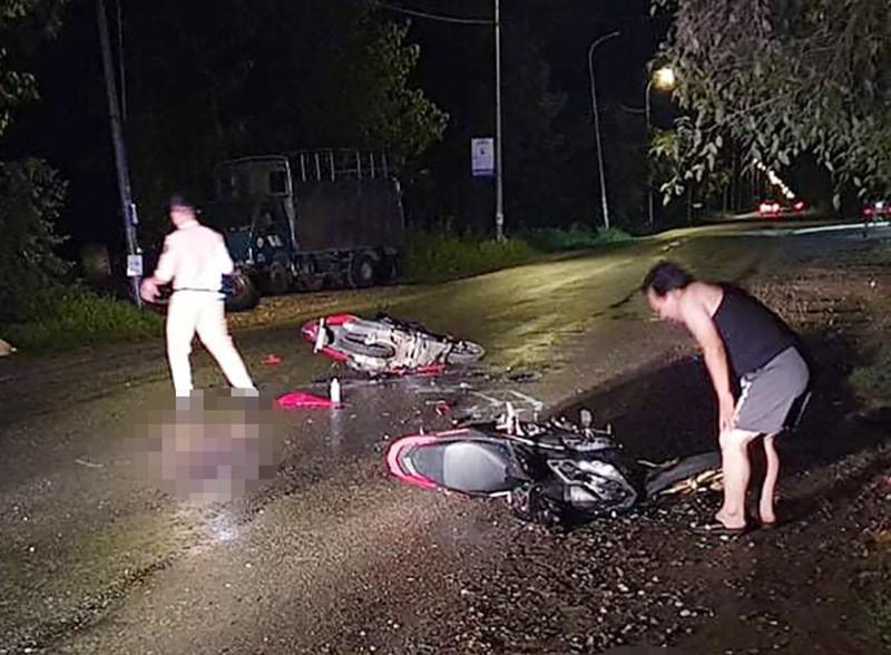 2 xe máy đối đầu khiến 2 người bị thương nặng - ảnh 1