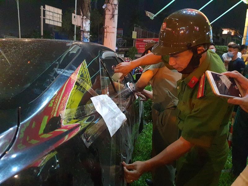 Chùm ảnh ô tô lùa nhiều xe máy chờ đèn đỏ ở Bình Thạnh - ảnh 11