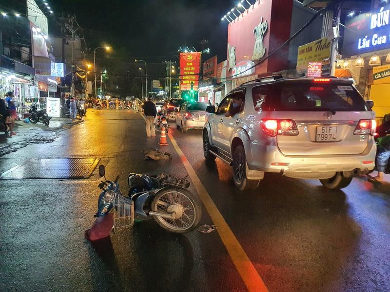Chùm ảnh ô tô lùa nhiều xe máy chờ đèn đỏ ở Bình Thạnh - ảnh 2
