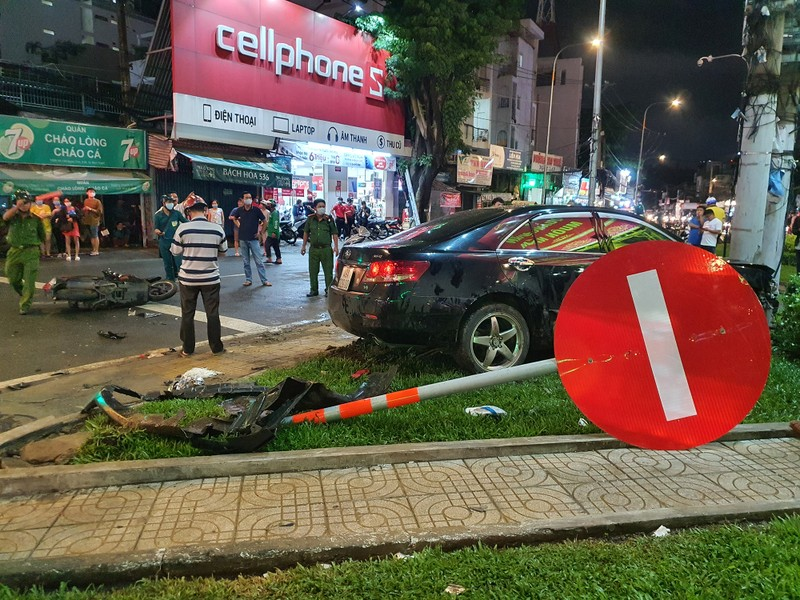 Chùm ảnh ô tô lùa nhiều xe máy chờ đèn đỏ ở Bình Thạnh - ảnh 6