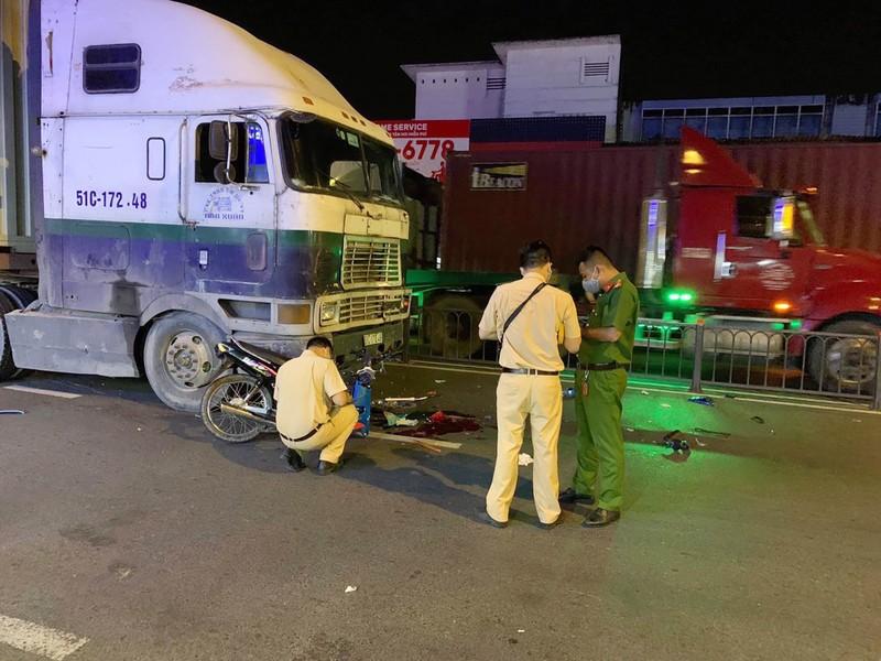 Bình Thạnh: Xe máy lao vào đầu container, nạn nhân nguy kịch - ảnh 1