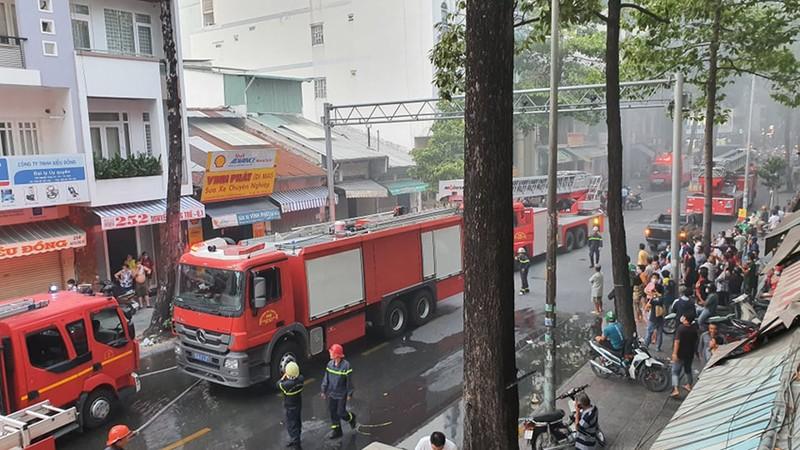 Cháy lớn ở một ngôi nhà trong hẻm tại trung tâm TP.HCM - ảnh 2