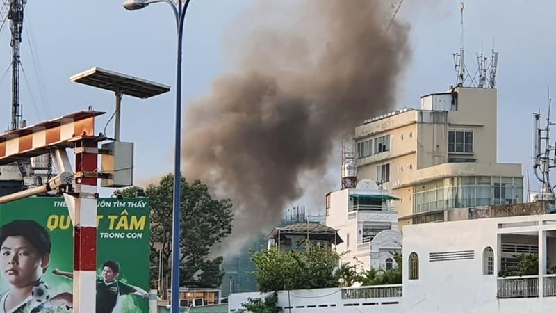 Cháy lớn ở một ngôi nhà trong hẻm tại trung tâm TP.HCM - ảnh 1