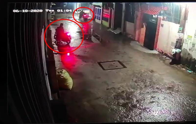 Nhà dân ở Thủ Đức bị trộm cắt cửa lấy 3 xe máy - ảnh 2
