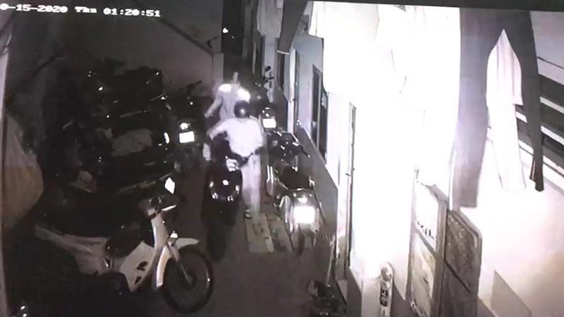 Trộm cắt cửa vào 1 nhà trọ ở Thủ Đức lấy 5 xe máy  - ảnh 2