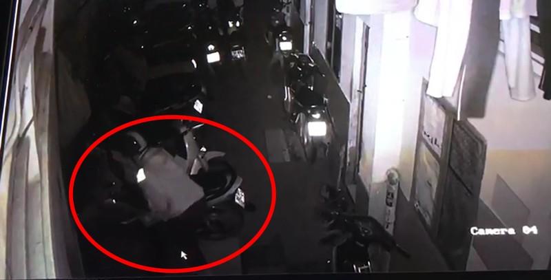 Trộm cắt cửa vào 1 nhà trọ ở Thủ Đức lấy 5 xe máy  - ảnh 3