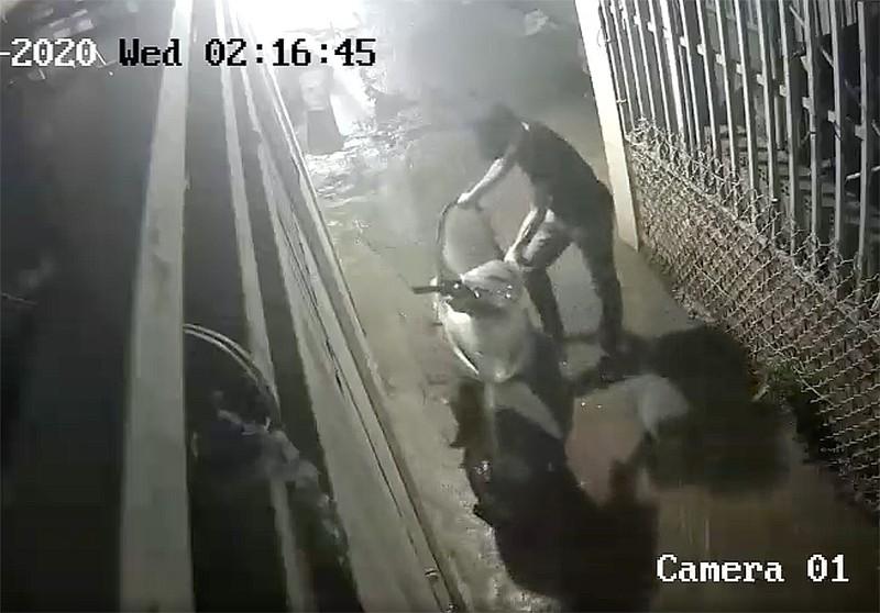Thủ Đức: Trộm cắt cửa nhà trọ lấy 3 xe máy chỉ trong 30 phút - ảnh 2