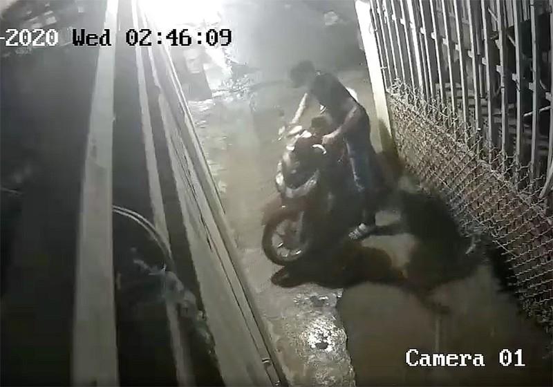 Thủ Đức: Trộm cắt cửa nhà trọ lấy 3 xe máy chỉ trong 30 phút - ảnh 3