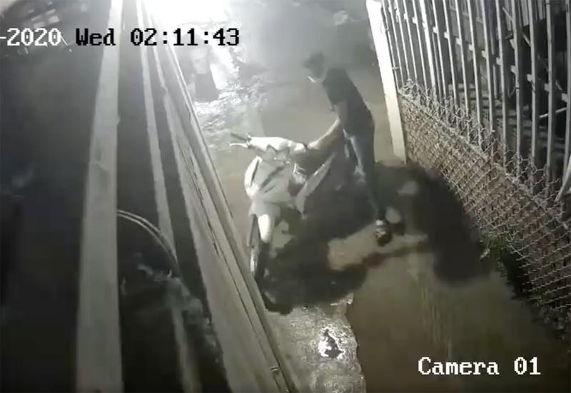 Thủ Đức: Trộm cắt cửa nhà trọ lấy 3 xe máy chỉ trong 30 phút - ảnh 1
