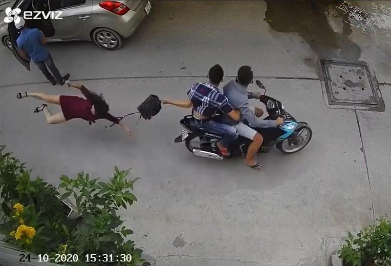Bắt hai kẻ giật túi xách khiến 1 phụ nữ đập đầu xuống đường - ảnh 1