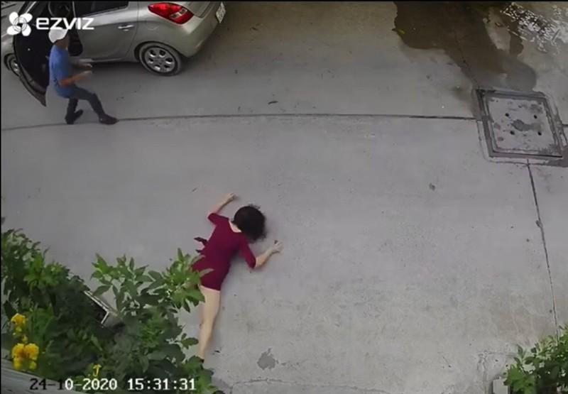 Bắt hai kẻ giật túi xách khiến 1 phụ nữ đập đầu xuống đường - ảnh 2