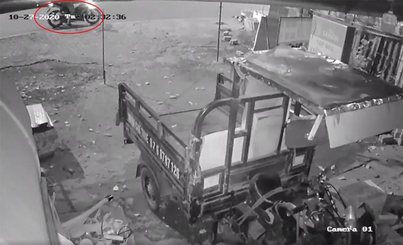 2 kẻ trộm cắt khoá lấy cắp xe ba gác trong đêm - ảnh 1