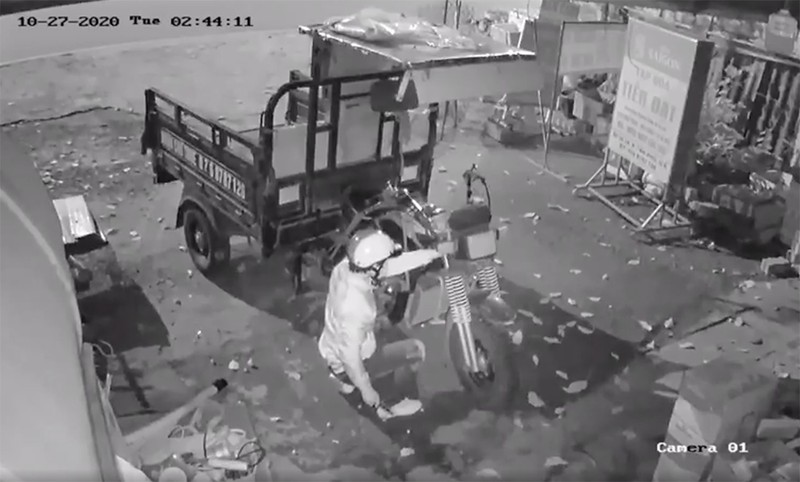 2 kẻ trộm cắt khoá lấy cắp xe ba gác trong đêm - ảnh 2