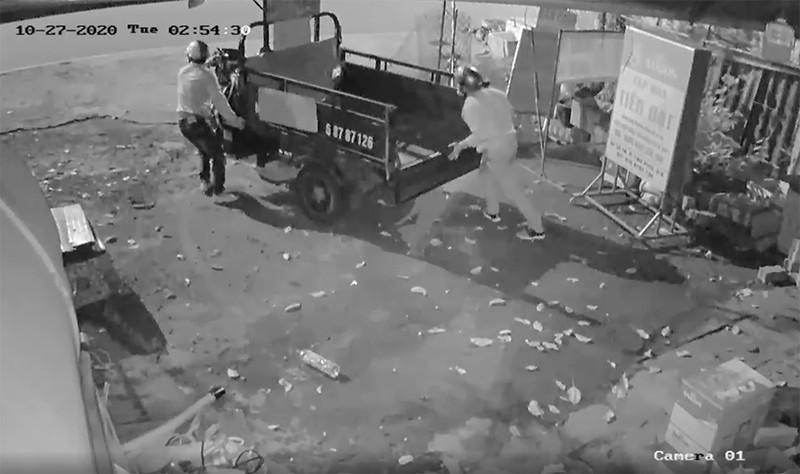 2 kẻ trộm cắt khoá lấy cắp xe ba gác trong đêm - ảnh 3