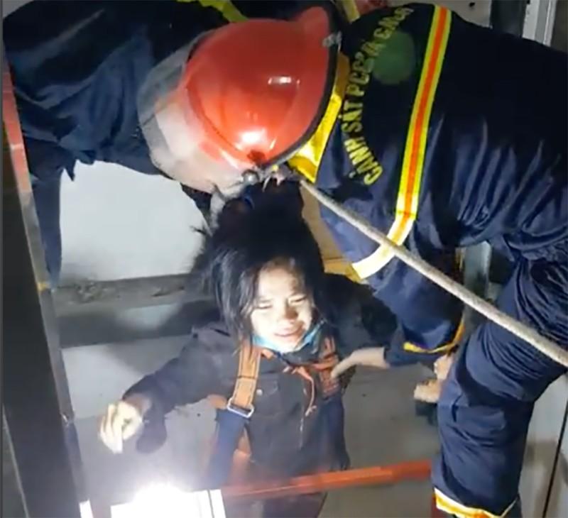 Cứu một phụ nữ mắc kẹt trong giếng thang máy - ảnh 1