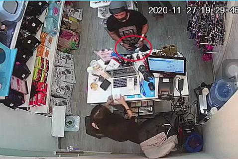Camera ghi cảnh trộm điện thoại trong cửa hàng ở quận Tân Bình - ảnh 3