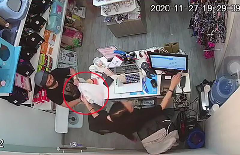 Camera ghi cảnh trộm điện thoại trong cửa hàng ở quận Tân Bình - ảnh 2
