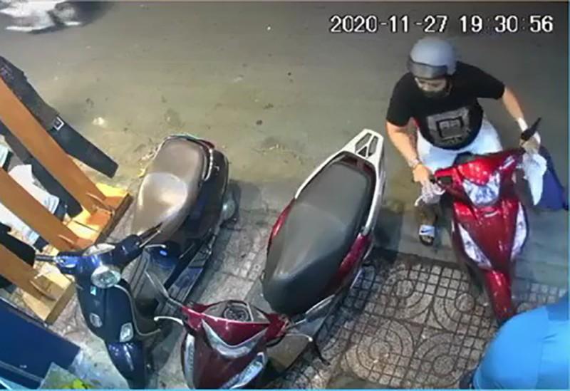 Camera ghi cảnh trộm điện thoại trong cửa hàng ở quận Tân Bình - ảnh 1