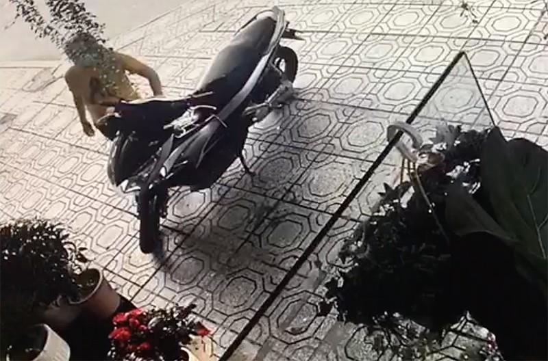 Một phụ nữ bẻ khoá trộm xe máy ở quận 1 - ảnh 1