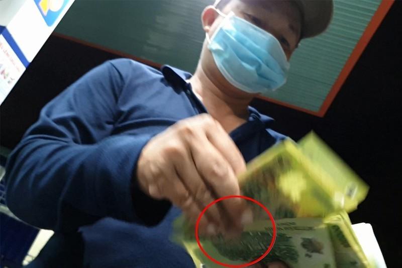 Công an TP Thủ Đức tìm bị hại vụ nhân viên cây xăng 'móc túi' - ảnh 1