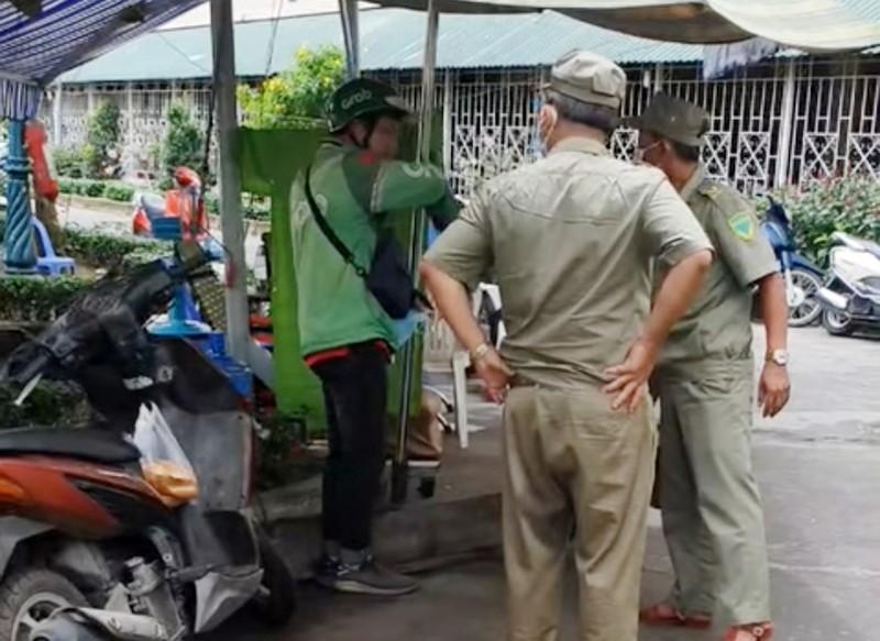 Đình chỉ 2 bảo vệ dân phố tát tài xế Grab ở Bình Thạnh - ảnh 1