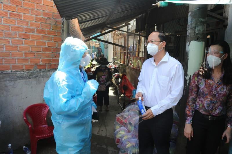 Phó Bí thư Nguyễn Hồ Hải thăm người dân trong khu phong toả ở Bình Thạnh - ảnh 1